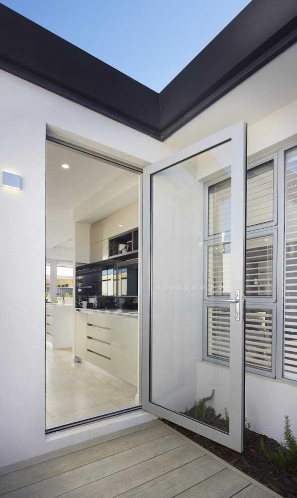 Porta e janela de alumínio natural em perfeita harmonia