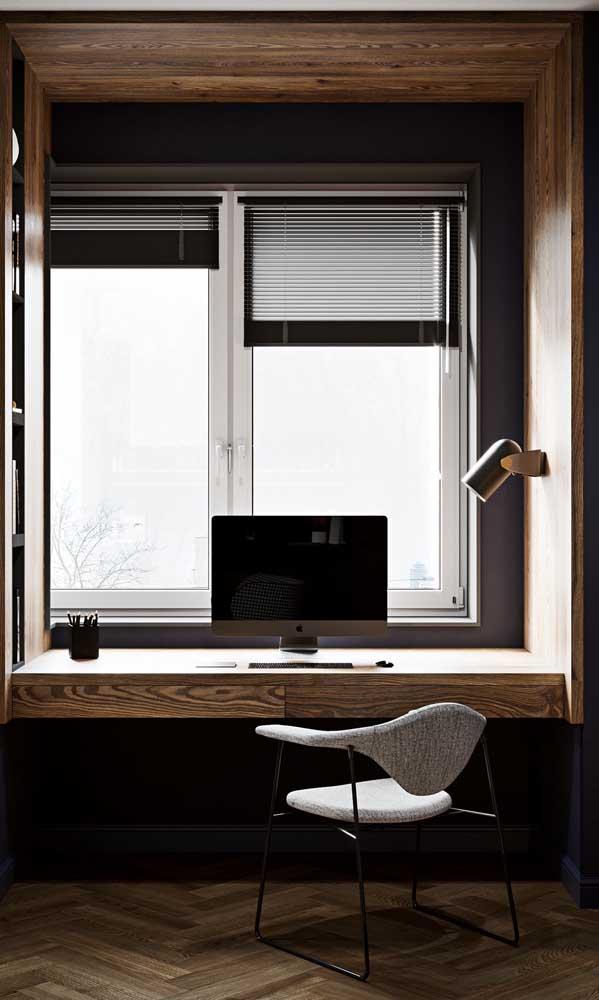 Para garantir o ambiente de trabalho perfeito, essa janela de alumínio ganhou persianas em tom escuro que bloqueiam o excesso de luz