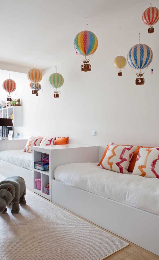 O formato retangular e comprido do quarto proporcionou uma disposição diferenciada das camas