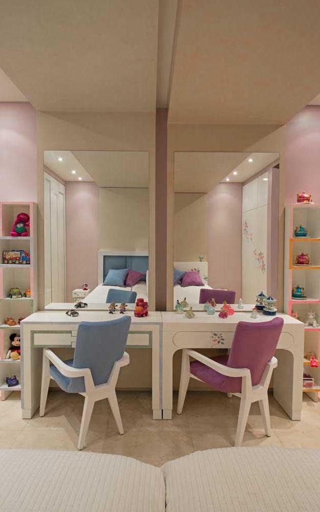 Parece que o ambiente foi espelhado, mas as cores diferentes das cadeiras revelam que se trata mesmo é de um quarto de gêmeos