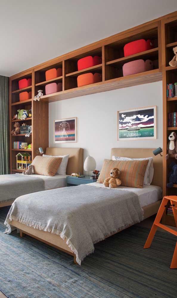 Quarto de gêmeos planejado: repare que os móveis ocupam uma única parede