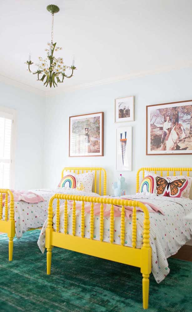 Cores fora do comum na decoração desse quarto de gêmeos