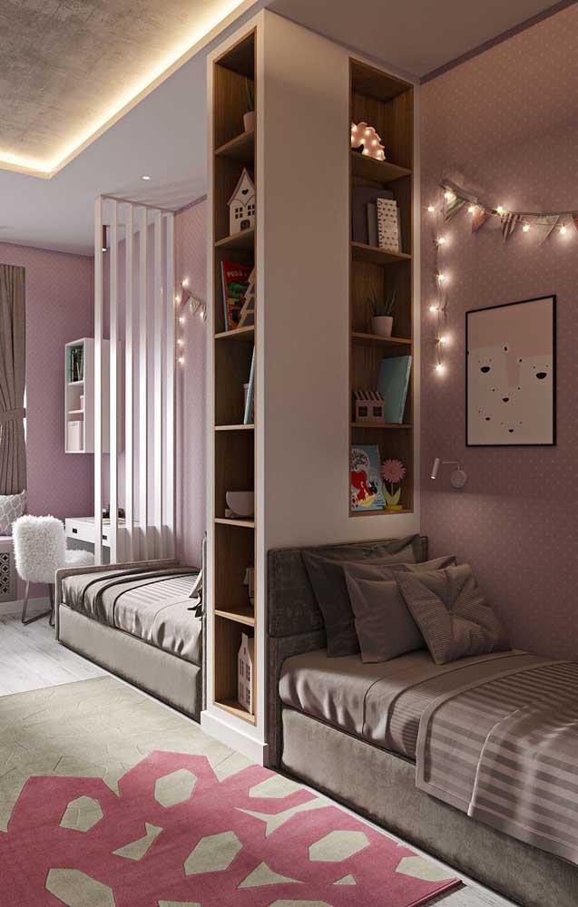 Quarto de gêmeos feminino decorado com móveis planejados e luzes embutidas