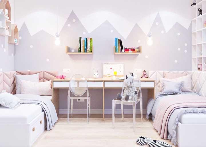 Um dos layouts mais clássicos para quarto de gêmeos é igual a esse da imagem, onde as camas são encostadas nas paredes laterais