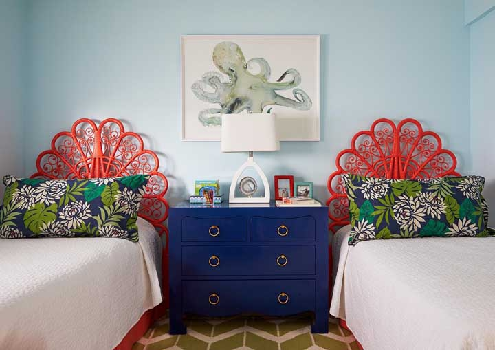 Nesse outro quarto de gêmeos, a opção foi por uma decoração de base neutra com cores vibrantes apenas nos detalhes