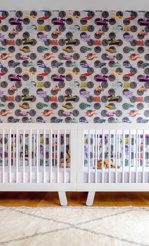 O papel de parede é uma solução prática e barata para decorar o quarto dos gêmeos e renovar sempre que achar necessário