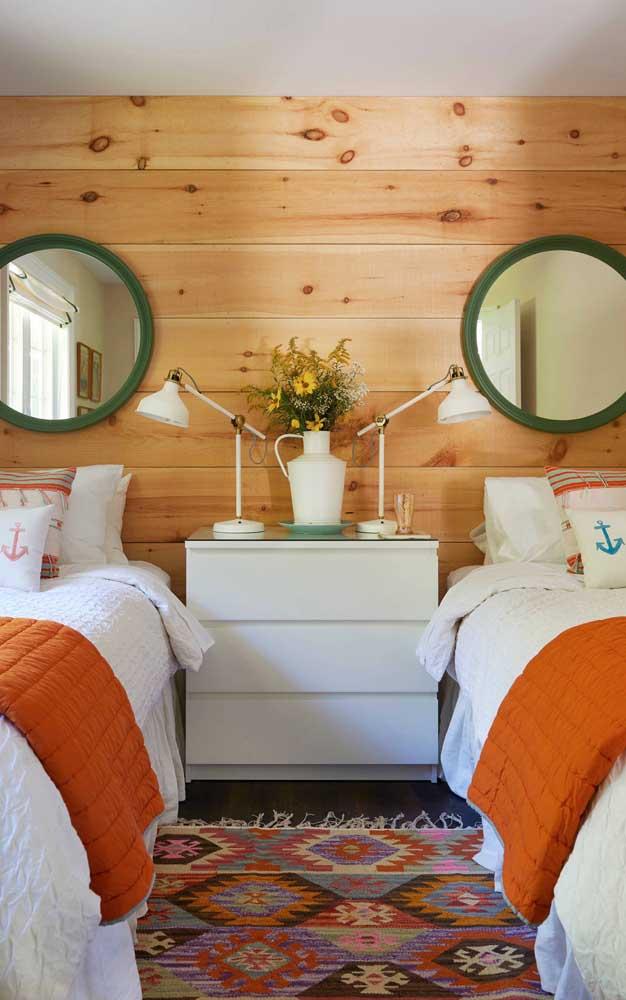 O painel de pinus conferiu um charme todo especial ao quarto de gêmeos