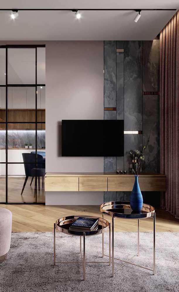 Rack com painel de madeira. O modelo suspenso traz elegância e modernidade à sala de estar
