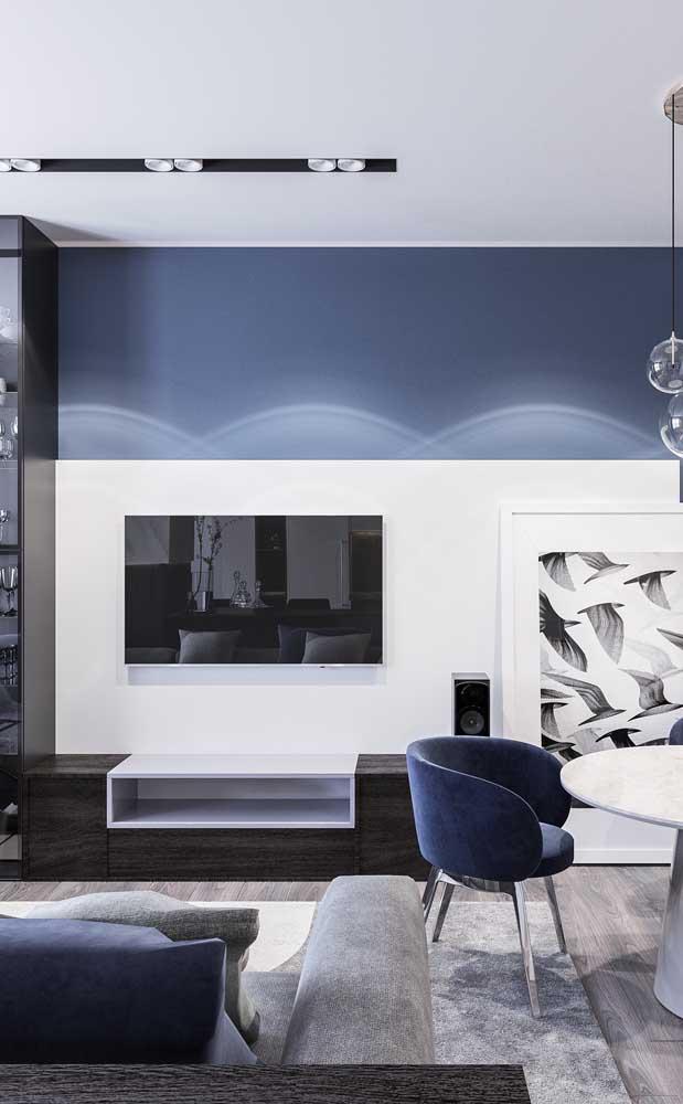 Rack com painel integrando a sala de estar com a sala de jantar