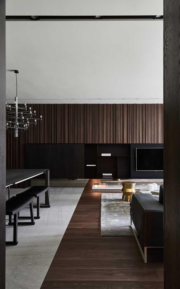A sala ampla optou por um modelo de rack com painel suspenso que se estende por toda a parede
