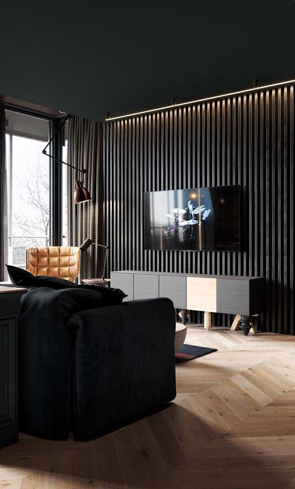 Sala moderna com rack preto e painel ripado de madeira com luz embutida
