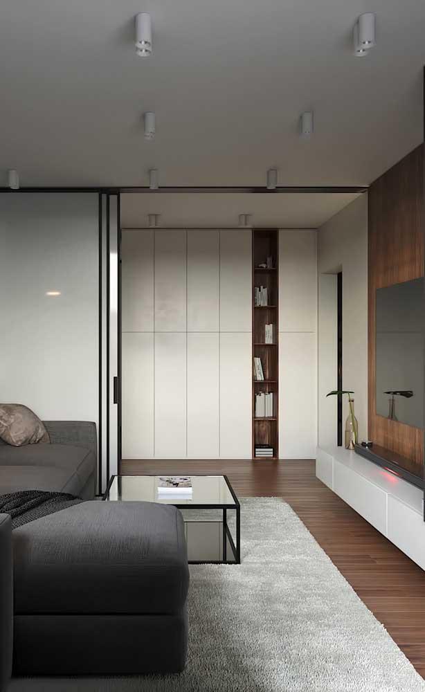 Rack branco suspenso com painel de madeira. Repare como o móvel se ajusta perfeitamente ao estilo do ambiente