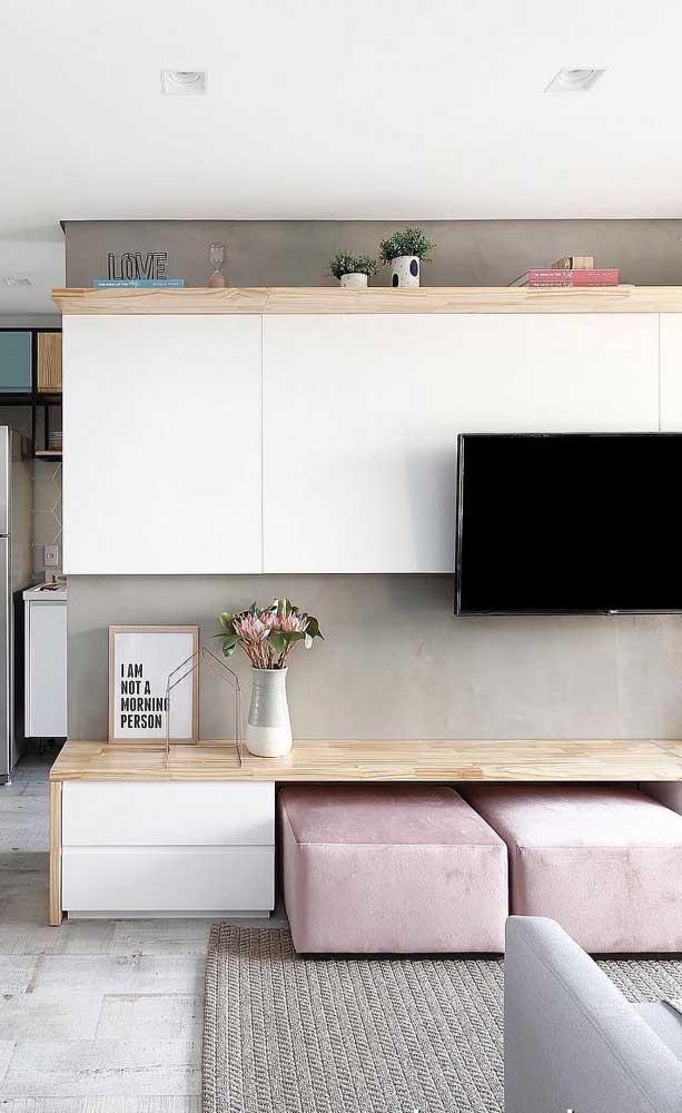 Rack branco com madeira clara: uma linda composição para quem busca uma decor clean de influência escandinava