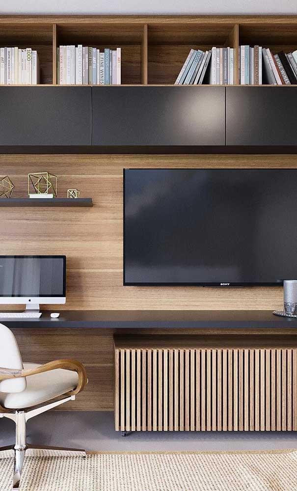 Rack com painel de madeira feito sob medida. Repare que o móvel se integra à área do home office