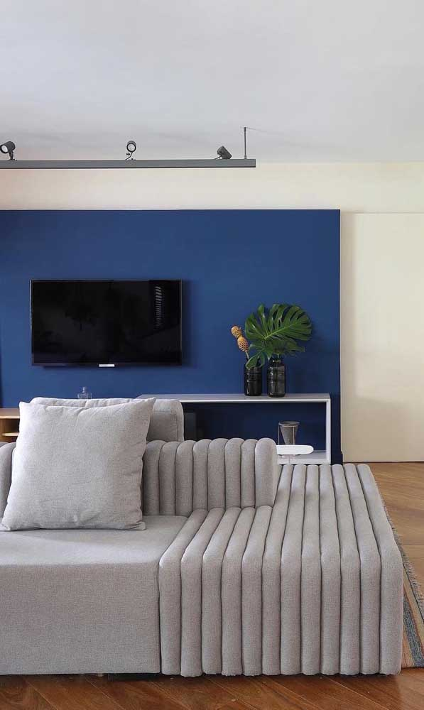 Uma boa pedida para quem deseja economizar na decoração é pintar a parede de uma cor vibrante, transformando-a no painel do rack