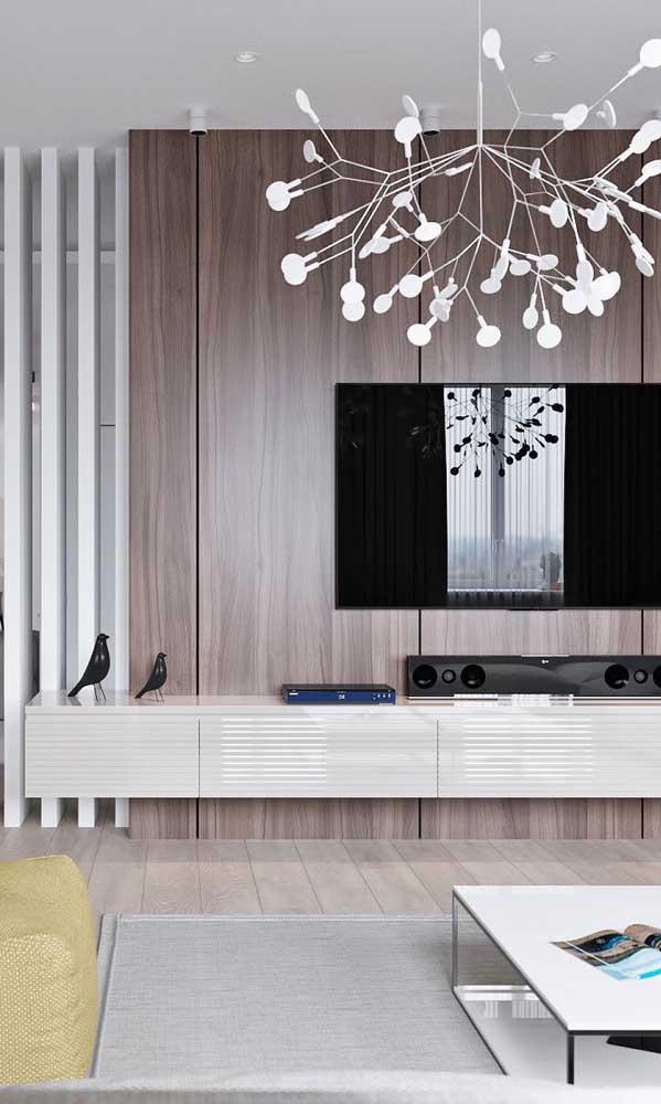 Rack suspenso branco com painel de madeira: modelo elegante e sofisticado