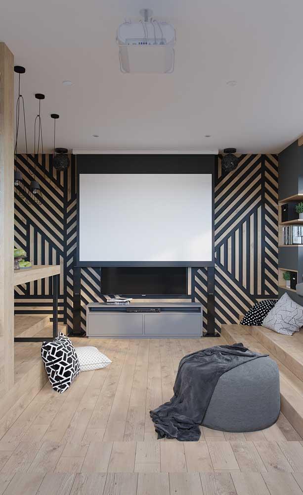 Essa sala de estar apostou em um painel de madeira vazado para acompanhar o rack