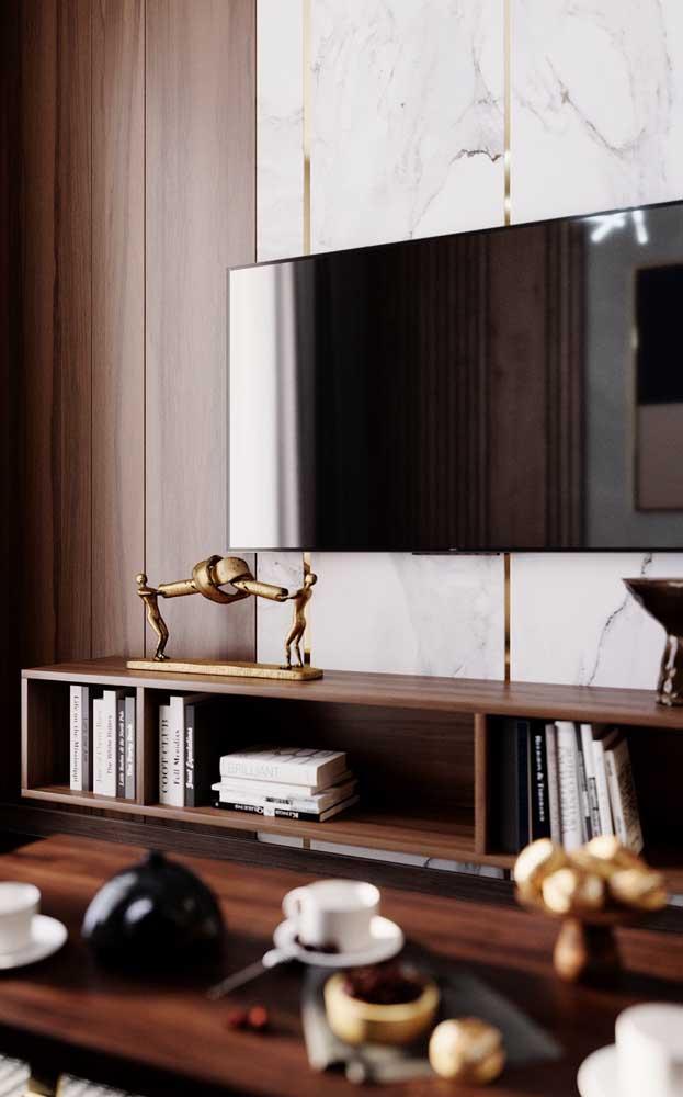 Rack de madeira embutido ao painel de mármore na parede