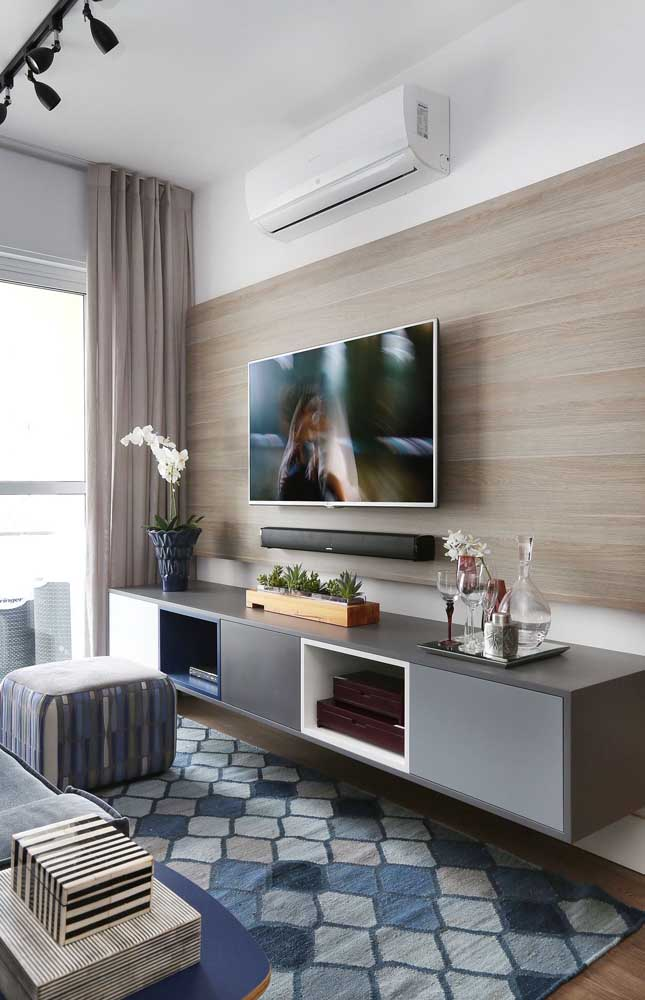 Painel de madeira em MDF para acomodar a TV e o rack suspenso