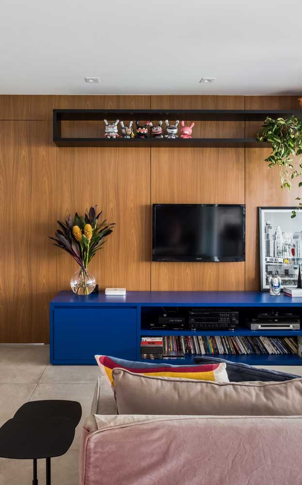 Leve cor para sua sala de estar apostando em um modelo de rack azul com painel – ou na cor da sua preferência