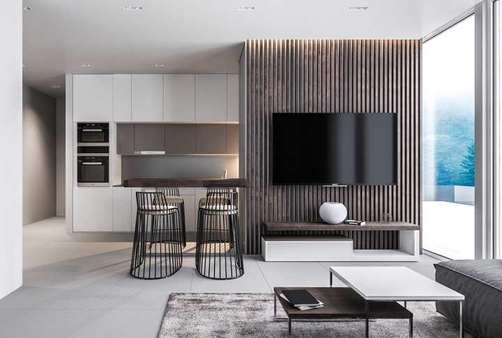 Rack pequeno com painel de madeira ripada: opção elegante e charmosa para sala de estar