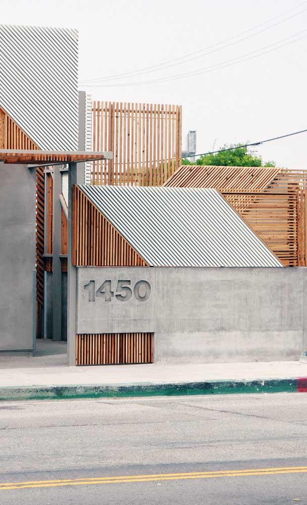 Fachada com muro moderno. Repare na combinação harmoniosa entre a madeira e o concreto
