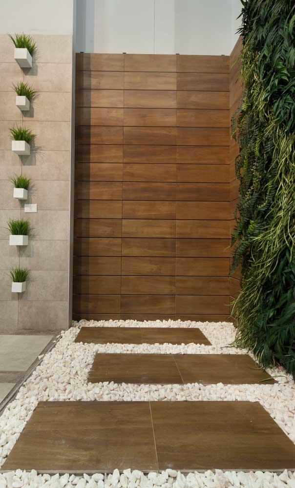 Muro de alvenaria revestido com madeira: opção moderna e acolhedora para fachada