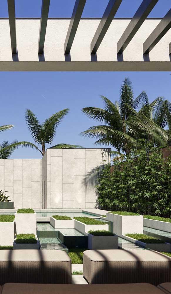 A cor clara do muro traz elegância para a fachada da residência