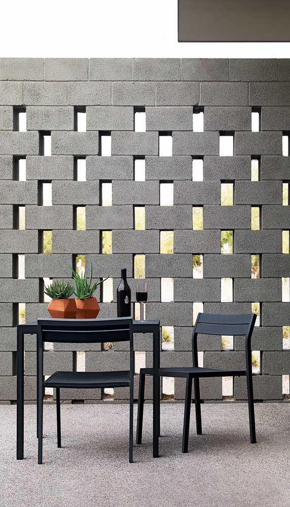 Muro moderno construído com blocos estruturais encaixados de modo a criar um efeito vazado