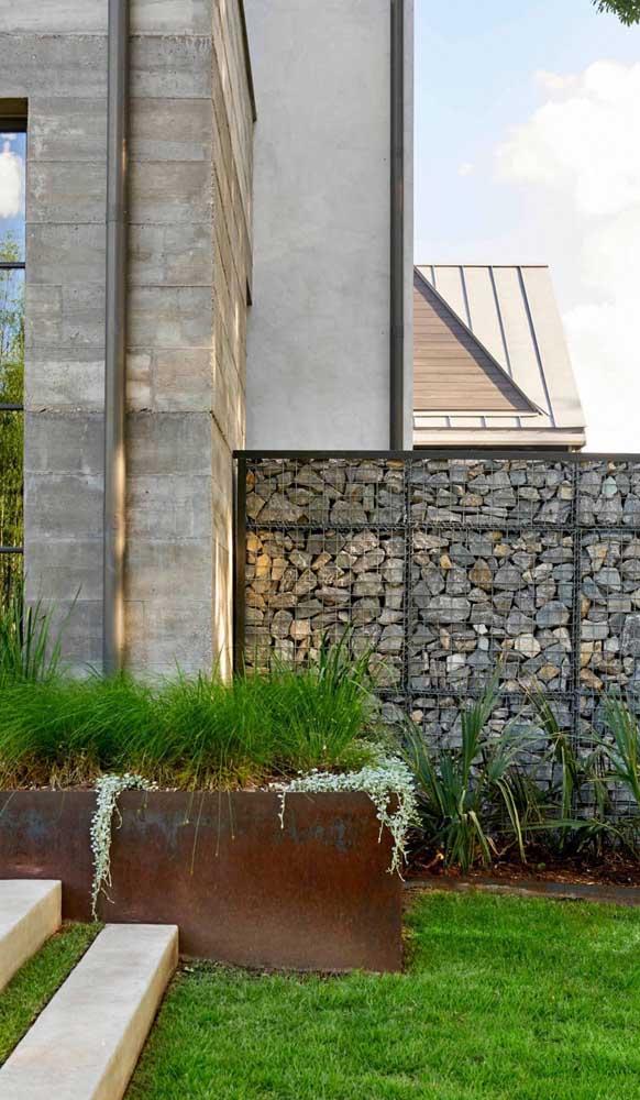 Muro feito com gambiões de pedra: opção moderna e despojada