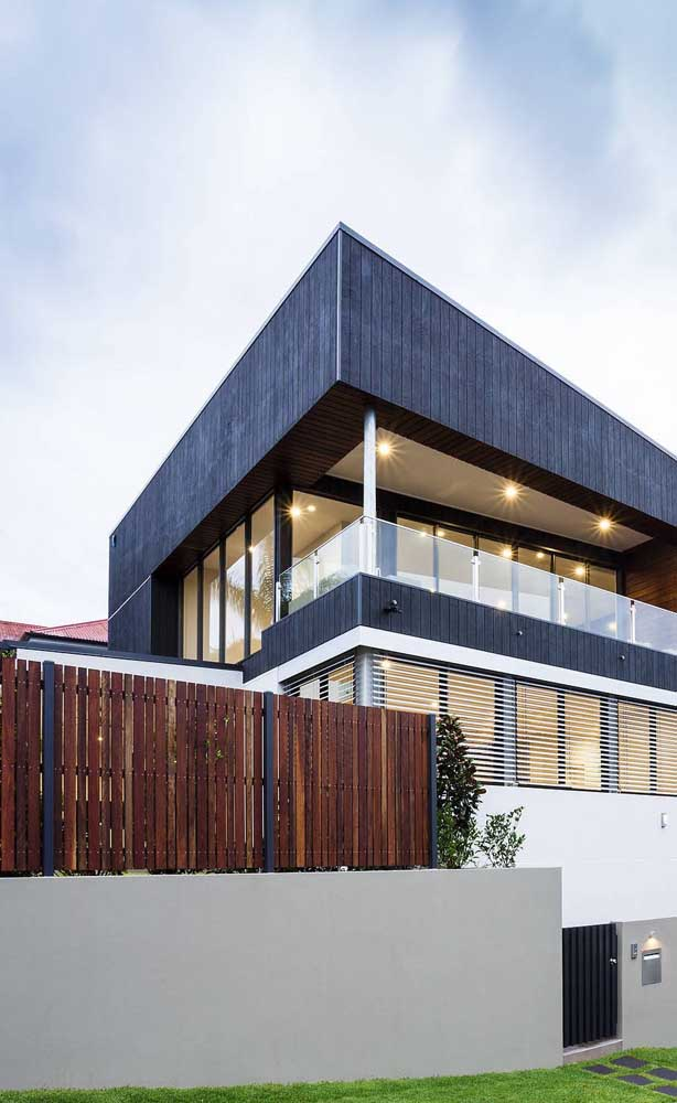Madeira e alvenaria se revezam nesse muro de casa moderna