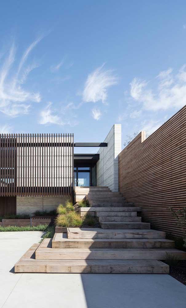 A madeira é atemporal, lembre-se dela na hora de planejar o seu muro moderno