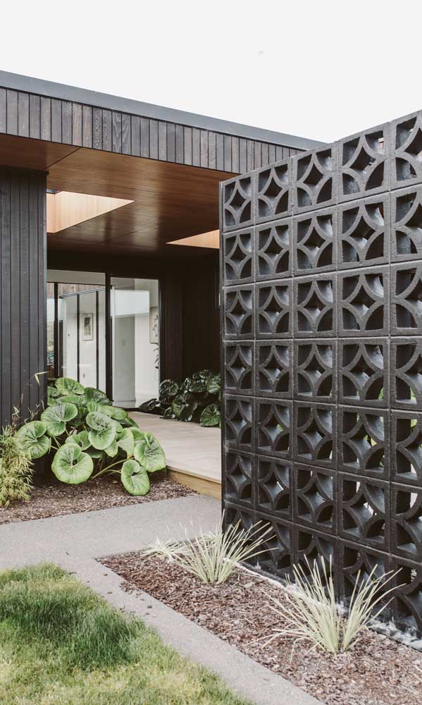 Muro moderno de cobogó na mesma cor da fachada