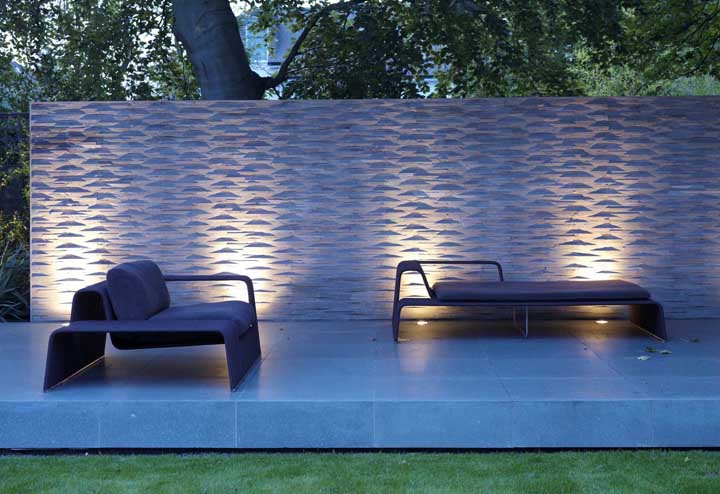 Aqui, a iluminação confere um visual 3D para o muro moderno