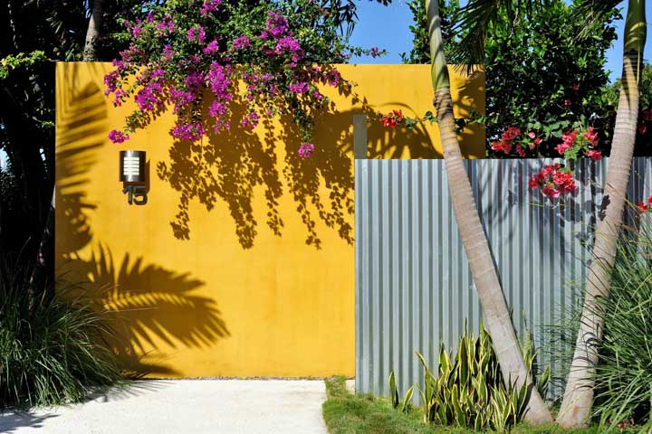 Olha como a cor do muro é importante no resultado final da fachada