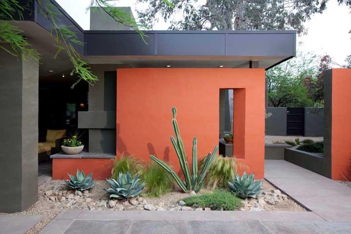 O tom avermelhado do muro encaixou como uma luva na proposta moderna da fachada