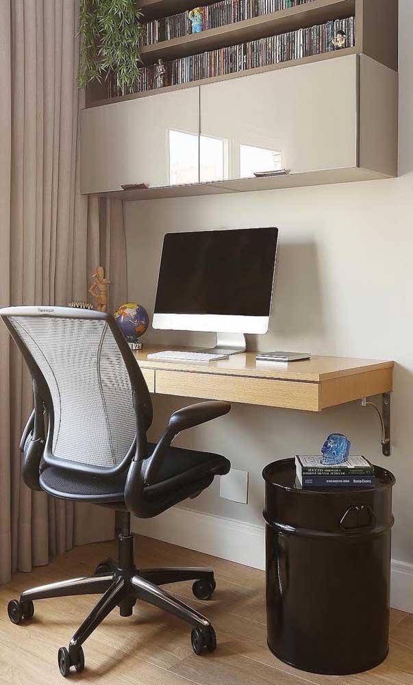 A pintura preta fez desse pequeno tonel uma peça coringa na decoração do home office