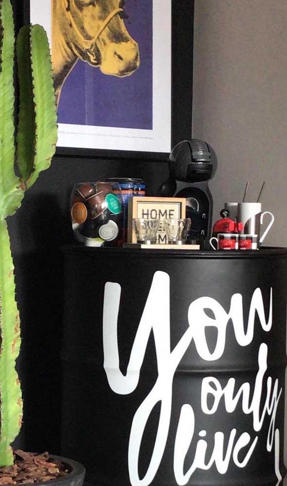 Cantinho do café montado em cima do tonel decorativo