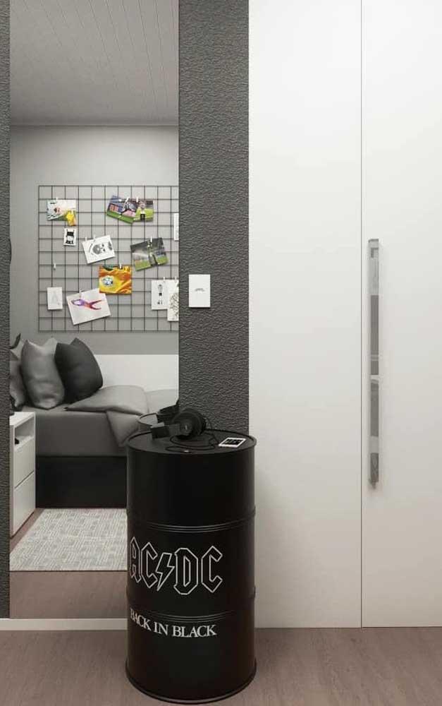 Em quartos juvenis, o tonel decorativo pode ganhar adesivos de bandas de rock, por exemplo