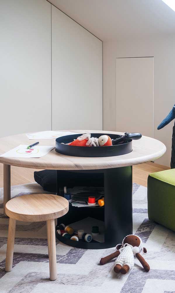 Genial essa ideia de mesa de atividades infantil feita com tonel decorativo
