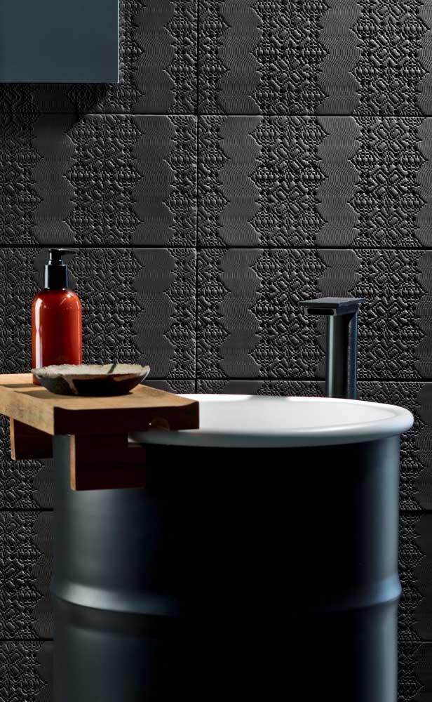 Aqui, a pia feita no tonel decorativo ganhou um charme a mais com o suporte de madeira