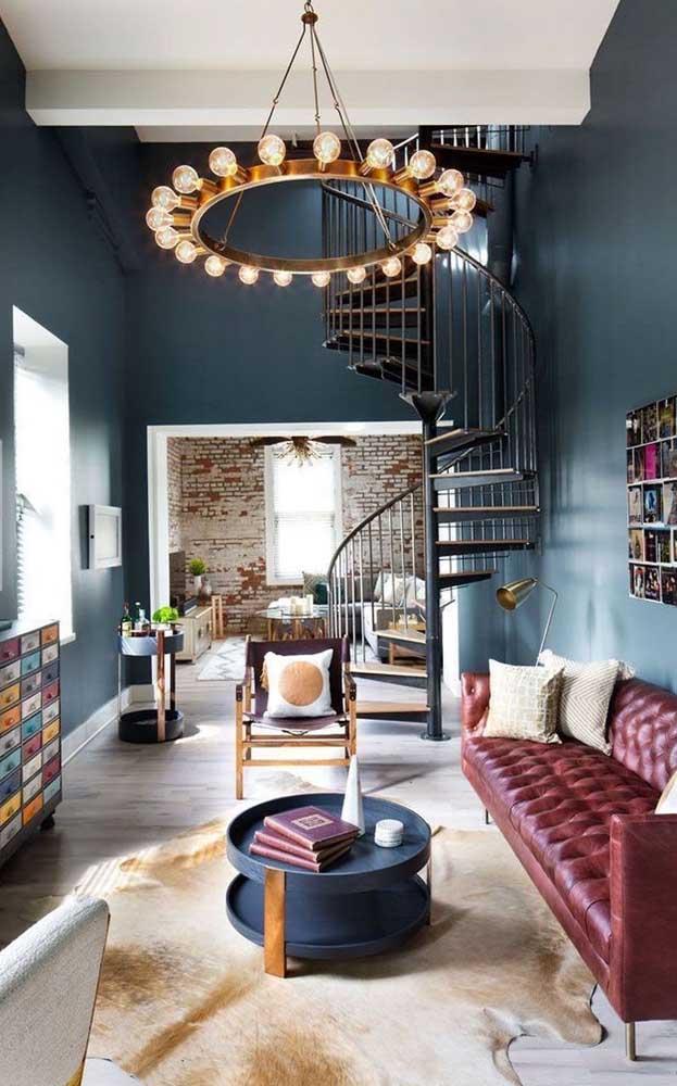 Nessa sala de estar, o tonel decorativo foi ressignificado e ganhou duas aplicações de uso: mesa de centro e bar