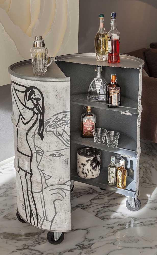 Bar feito no tonel decorativo. Repare que o corte central permite que a peça seja usada internamente também