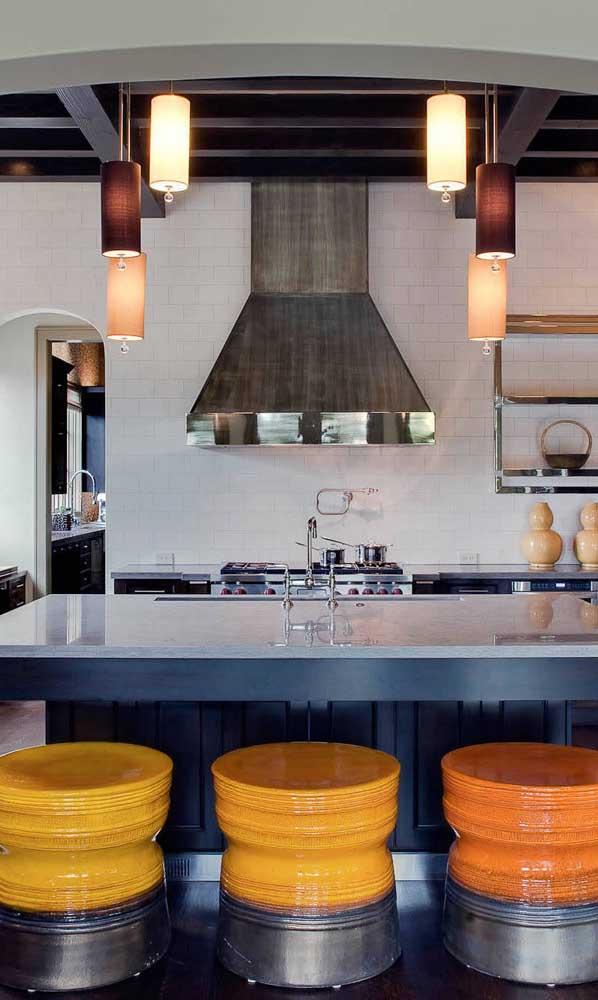 Cozinha gourmet decorada com tonéis decorativos que substituem as banquetas tradicionais
