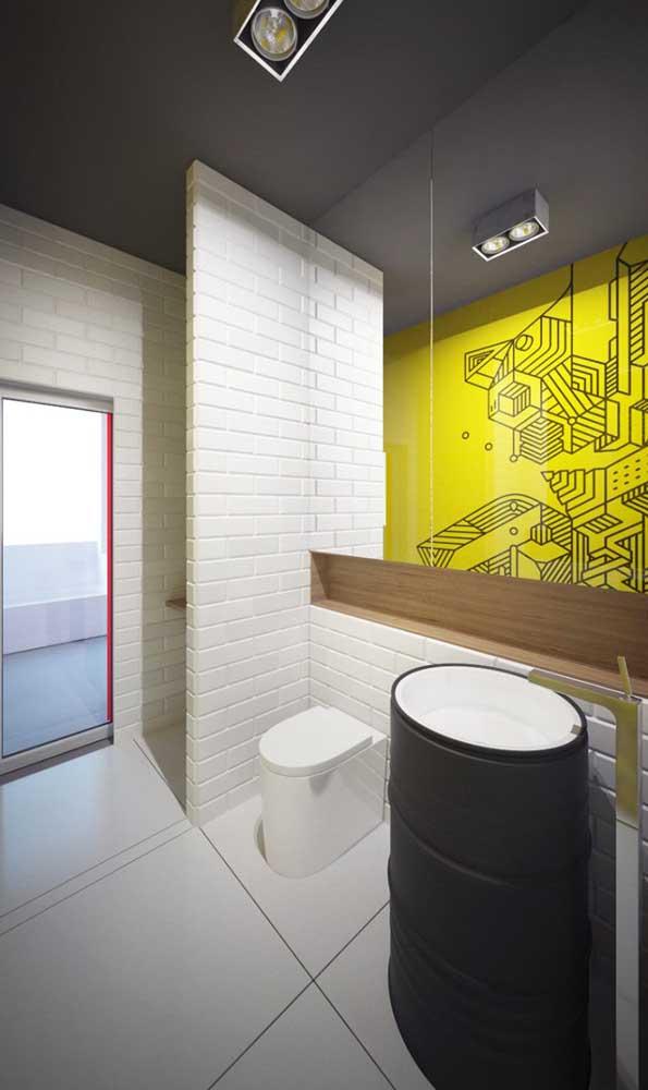Banheiro com tonel no lugar da pia tradicional