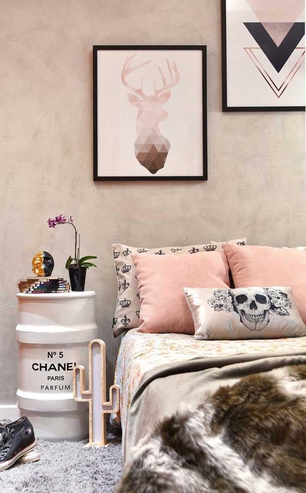 Quarto feminino decorado com tonel da marca Chanel