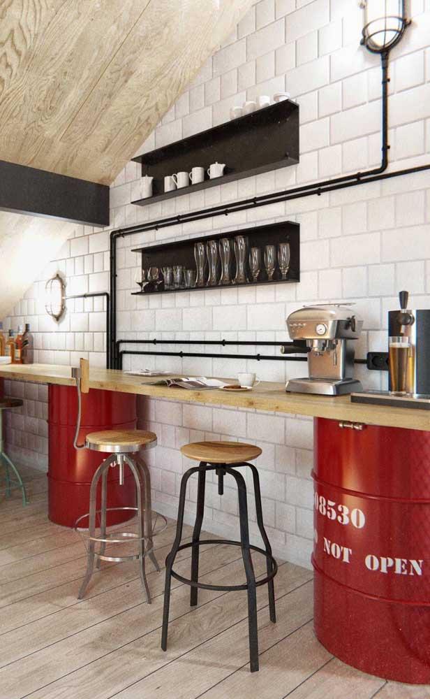 Quer bancada de cozinha mais moderna do que essa feita com tonéis?