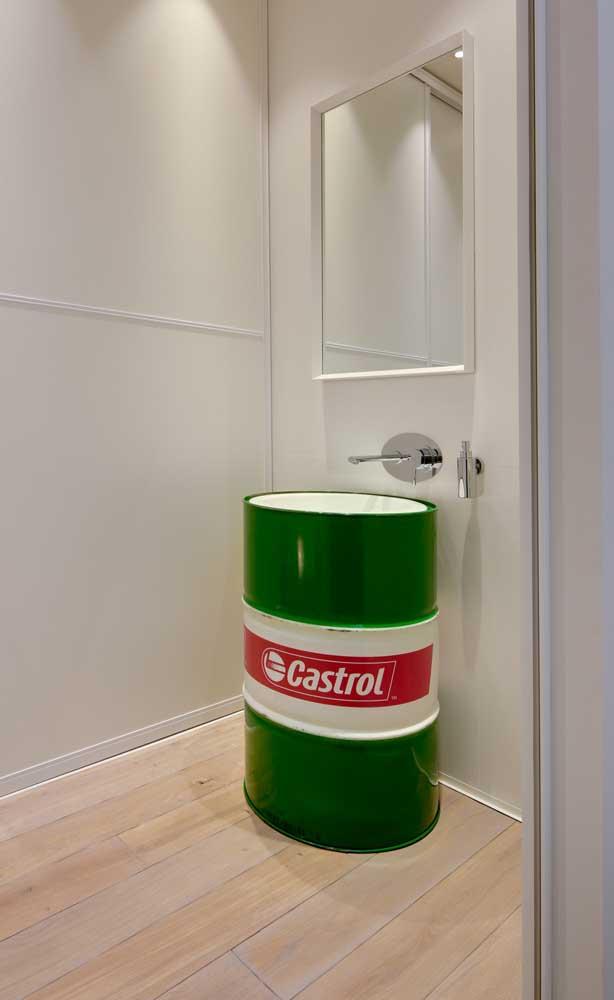 O banheiro clean ganhou um tonel verde para cumprir a função de pia