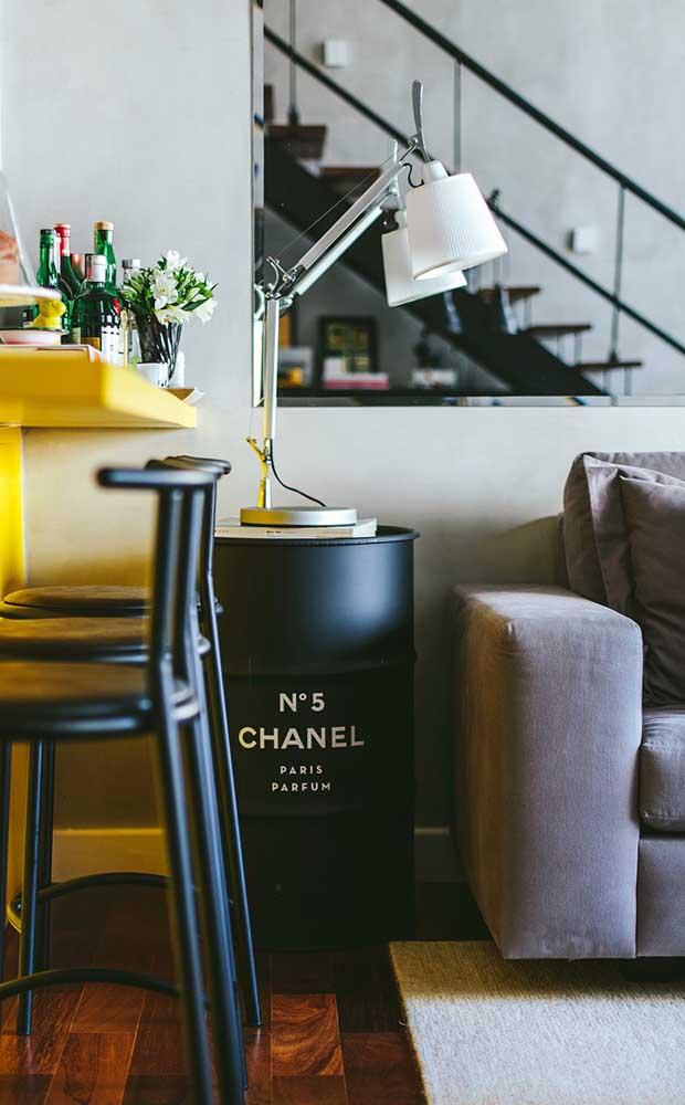 Tonel decorativo Chanel na sala de estar