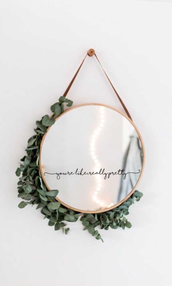 O ramo de folhas conseguiu deixar o espelho Adnet ainda mais charmoso